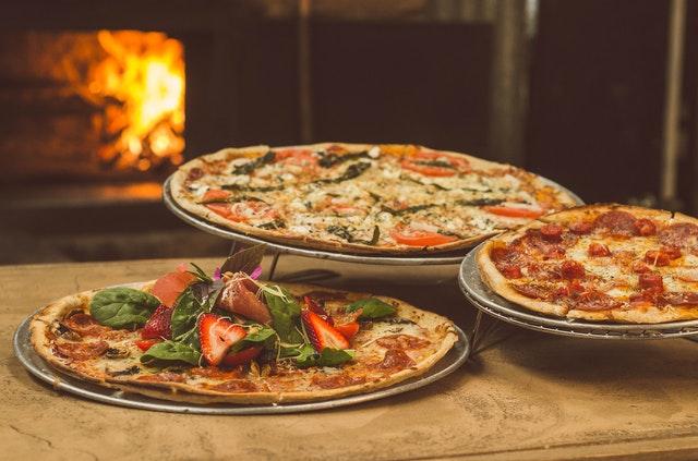 Pizzas au four à bois