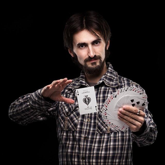 Un magicien avec des cartes