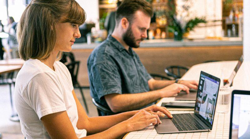 Deux personnes devant leur ordinateur