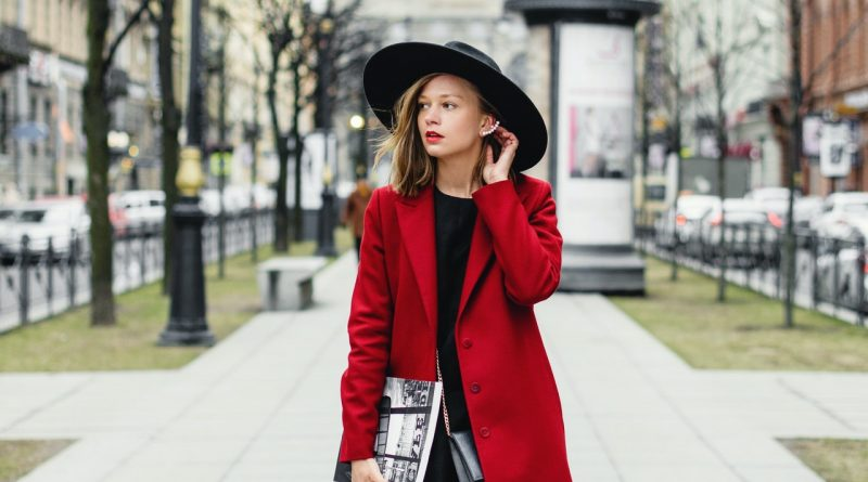 Une femme en robe longue et manteau rouge
