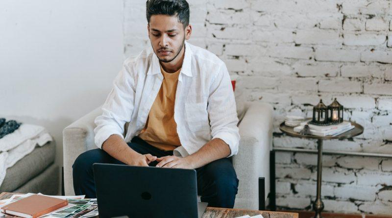 Un homme devant son ordinateur