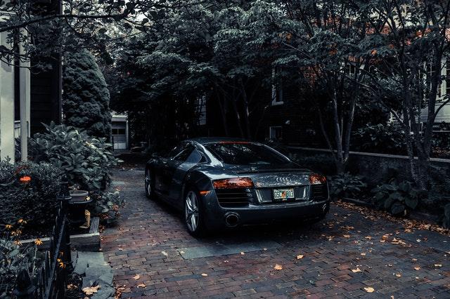 Audi garée auprès d' arbres