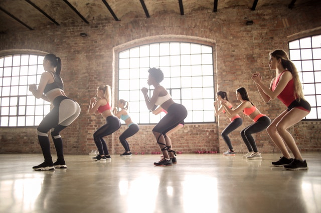 Groupe de femme faisant de l'exercice