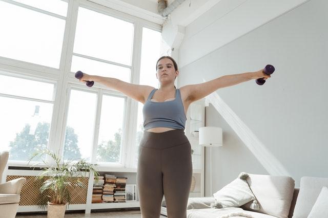 Une femme faisant du levée de poids